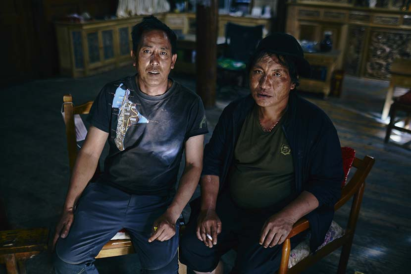 Wangdak Sona (right) and his cousin, Nimya Tenzin (left) at Nimya Tenzin's house in Nalong, Diqing Tibetan Autonomous Prefecture, Yunnan province, July 19, 2018. Wu Huiyuan/Sixth Tone