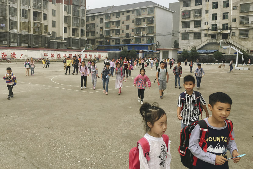 Students arrive at Mingde School in Xinhua New District around 7:30 a.m. in Xinhua County, Hunan province, Sept. 25, 2018. Ni Dandan/Sixth Tone