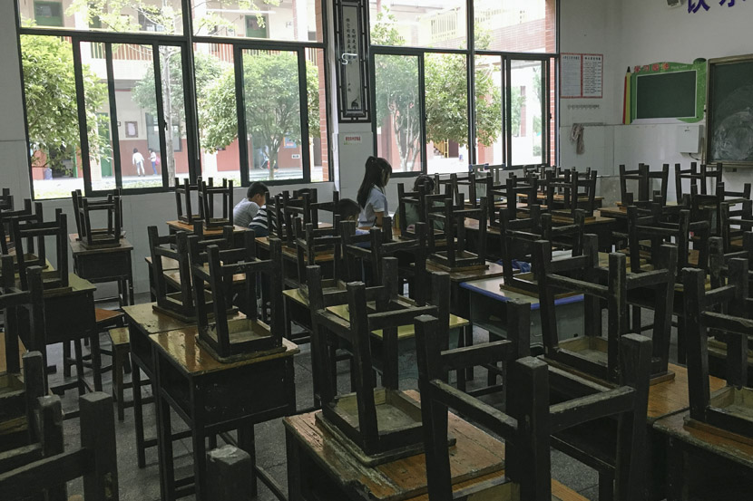 A couple students linger in the classroom after all the day's classes are over at Siyuan Experimental School in Xinhua County, Hunan province, Sept. 25, 2018. Ni Dandan/Sixth Tone
