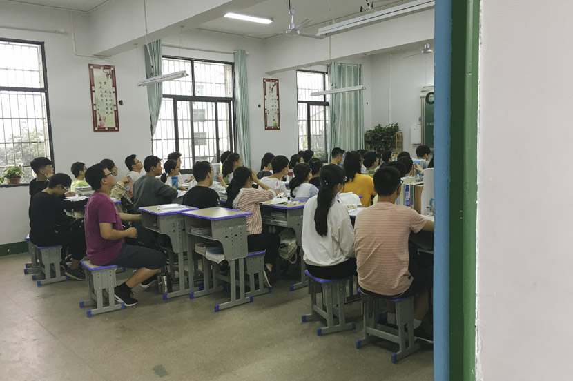 A class at the newly built Xinhua Experimental Middle School feels practically spacious when compared with previous class sizes in Xinhua County, Hunan province, Sept. 25, 2018. Ni Dandan/Sixth Tone