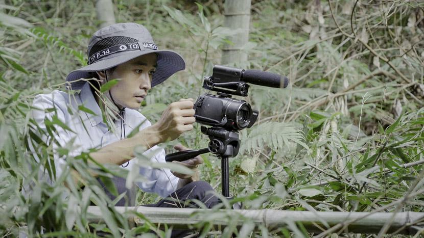 Hu Yueqing films a hilltop scene, Nanjing Town, Jiangxi province, Sept. 26, 2018. Tang Xiaolan/Sixth Tone