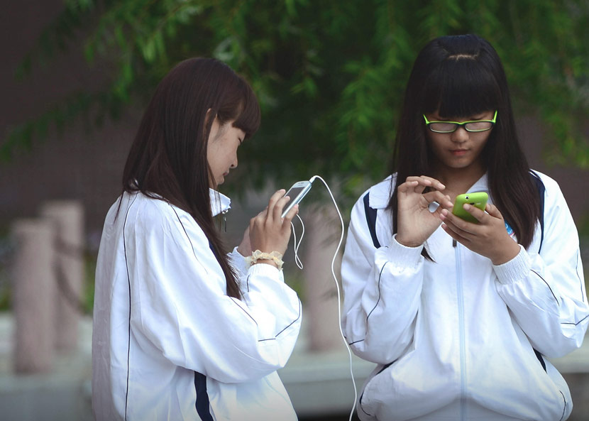 Two schoolgirls in Qiqihar, Heilongjiang province, Sept. 7, 2013. Wang Yunlong/IC