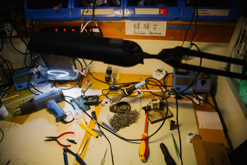 Soldering tools on a maker's desk at Xinchejian, in Shanghai, June 21, 2017. Wu Huiyuan/Sixth Tone