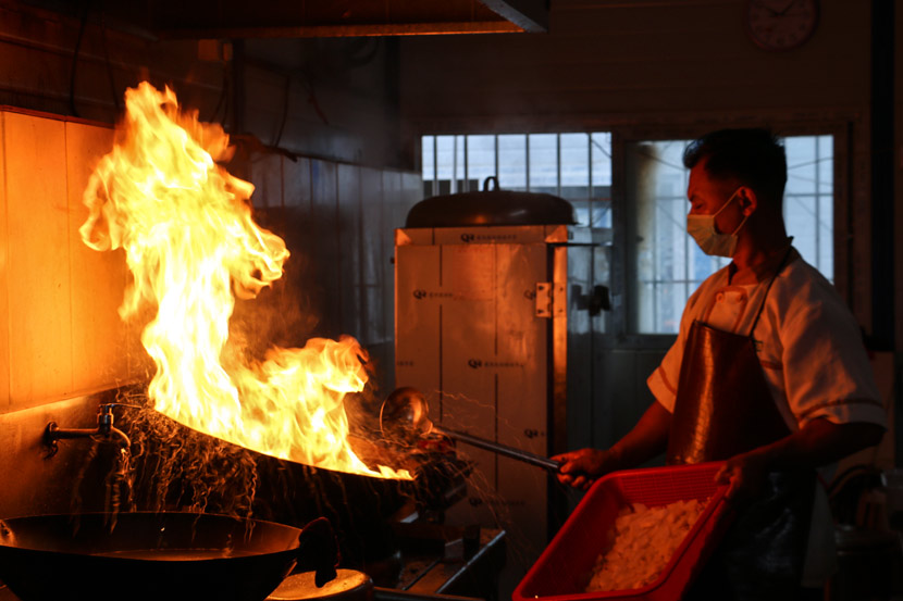 Tan Song'an cooks in the kitchen at his construction site in Shenzhen, Guangdong province, Nov. 3, 2018. Cai Yiwen/Sixth Tone