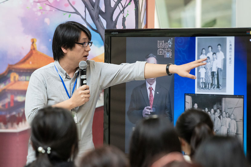 Wang Ge points to an archive photo during an open lecture in Shanghai, Nov. 10, 2018. Zhou Jun/China Shanghai International Arts Festival