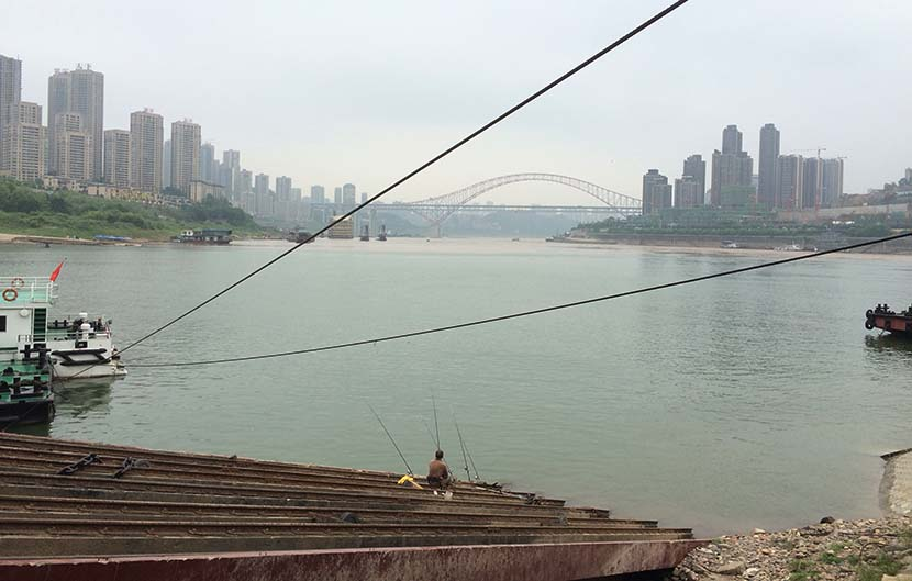 A man fishes by the Jialing River in Chongqing, August 12, 2015. Wu Yue/Sixth Tone