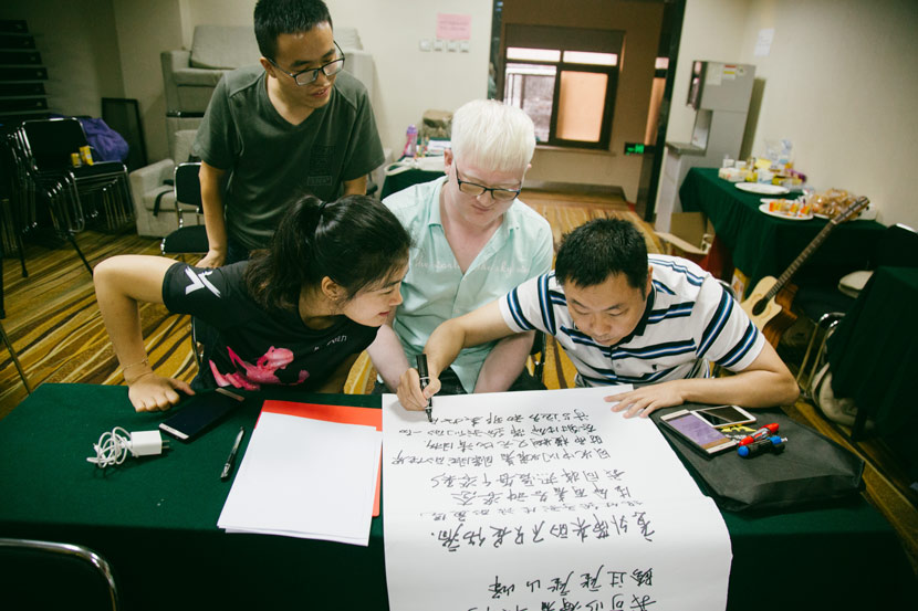 Participants collaborate to create poetry during the workshop in Beijing, Sept. 12, 2018. Wu Huiyuan/Sixth Tone
