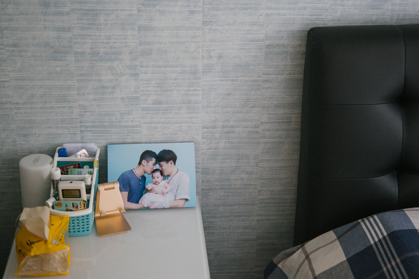 A family photo on the bedside table in Li Yang and Wang Jie's bedroom in Beijing, July 30, 2018. Wu Huiyuan/Sixth Tone