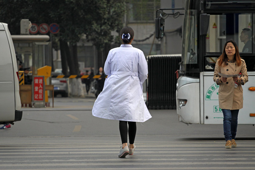 A medical student makes her way to school in Xiangyang, Hubei province, March 24, 2016. Li Fuhua/VCG