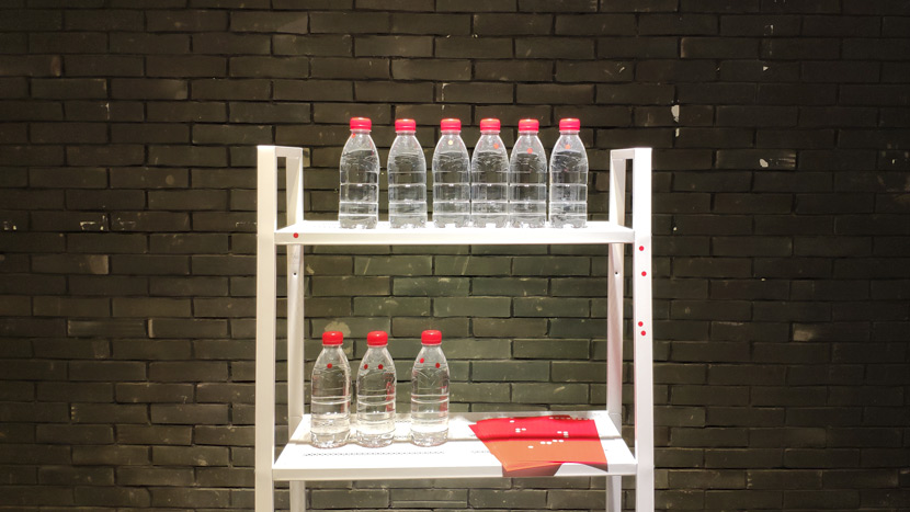 Visitors at Wu Kangyang's exhibit are encouraged to put a red sticker on a water bottle if they prefer being straight in Chengdu, Sichuan province, Oct. 24, 2018. Fan Yiying/Sixth Tone