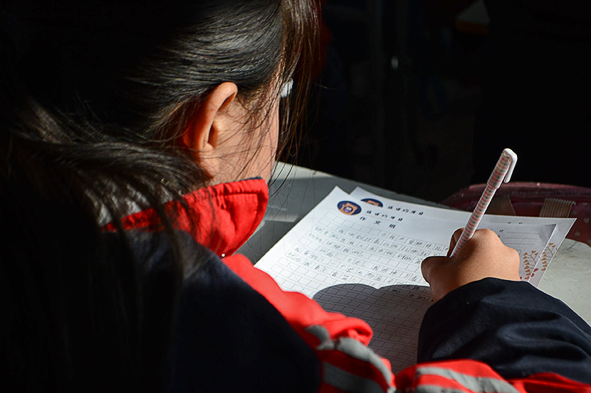 A student writes during class at Minren Primary School in Beijing, Dec. 13, 2018. Fan Liya/Sixth Tone