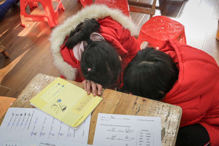 Two students chat during a class break in Shanghai, Dec. 23, 2018. Cai Yiwen/Sixth Tone