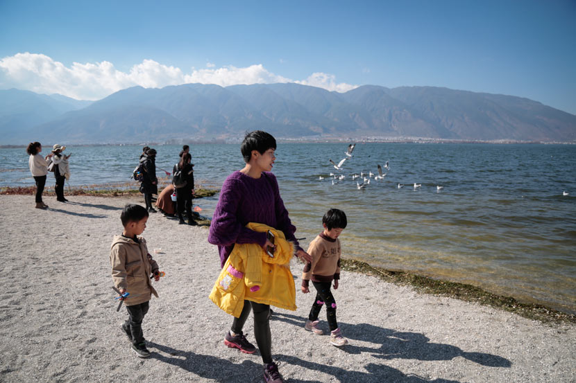 Tourists visit Erhai Lake, Yunnan province, Jan. 19, 2019. Li You/Sixth Tone