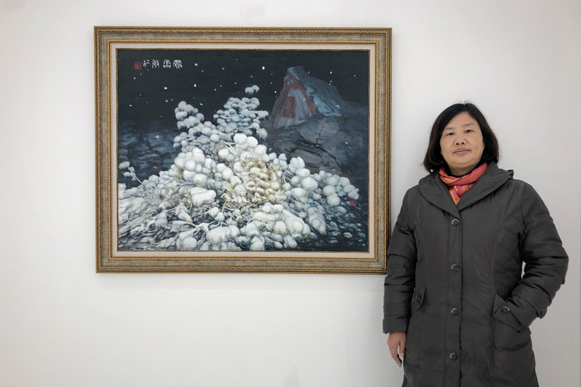 Jia Lingmin poses with her painting in Shanghai, Jan. 3, 2019. From Weibo user @郭_跃华