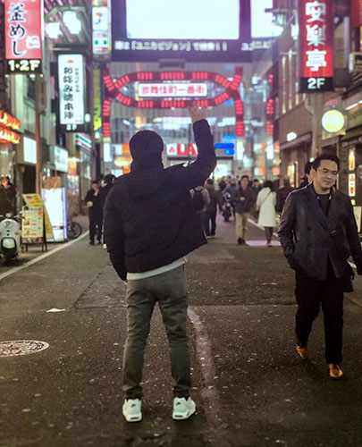 Zhou Liang poses for a picture after regaining legal status, at Kabukicho, Tokyo, January 2018. Courtesy of Zhou Liang