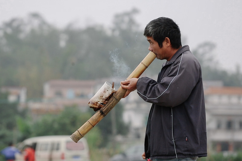 A villager stops for a postprandial smoke in Cangdong Village, Guangdong province, Jan. 5, 2019. Wu Huiyuan/Sixth Tone