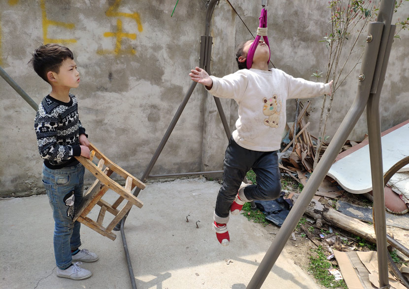 Children practice acrobatics in Bozhou, Anhui province, March 23, 2019. Kenrick Davis/Sixth Tone