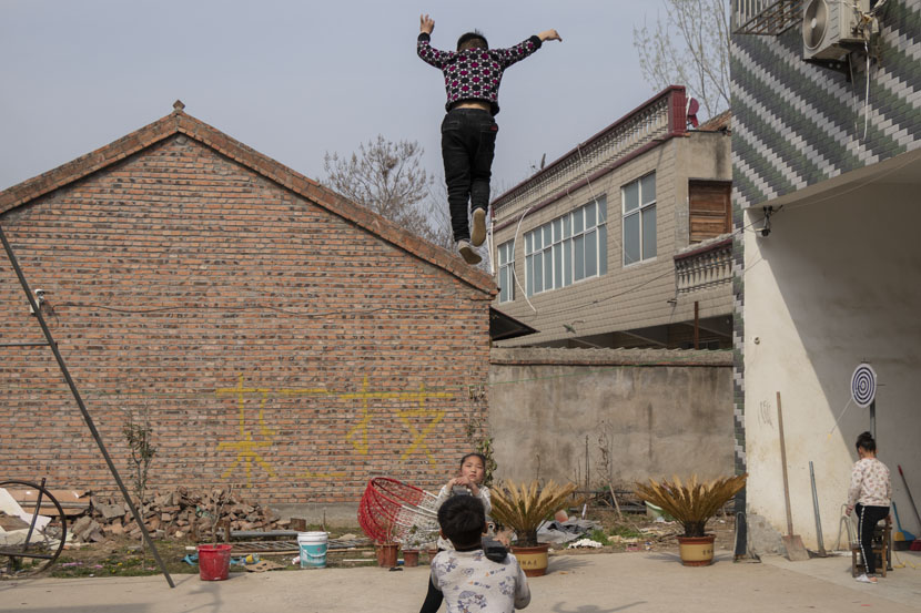 Children practice acrobatics in Bozhou, Anhui province, March 22, 2019. Kenrick Davis/Sixth Tone
