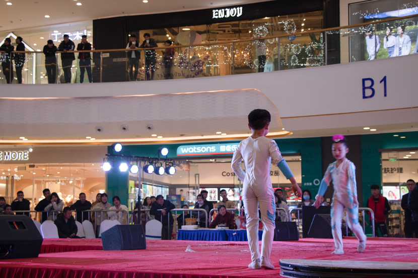 Zhengyang and Mengyu perform in a shopping mall in Bozhou, Anhui province, March 24, 2019. Kenrick Davis/Sixth Tone