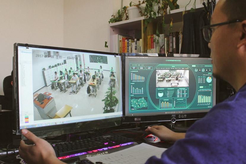 """Un programador en el centro de investigación de Hanwang Education muestra el """"Sistema de cuidado de la clase"""" de la compañía en Beijing, el 2 de enero de 2019. Xue Yujie / Sixth Tone"""