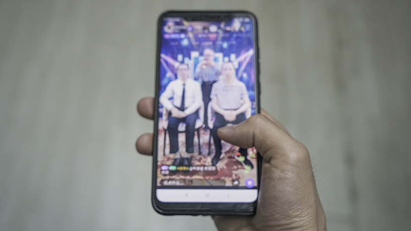 A man uses Blued app's livestreaming service in Shanghai, May 6, 2019. Shi Yangkun/Sixth Tone