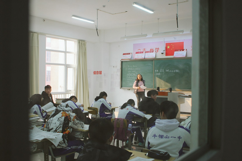 Students at Niulanshan First Secondary School in biology class in Beijing, Jan. 3, 2019. Xue Yujie/Sixth Tone