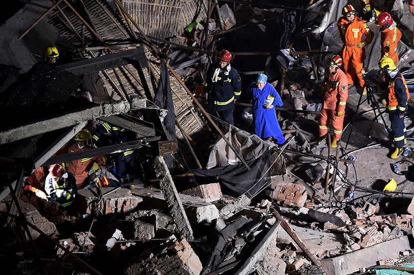 Members of a rescue team work at the site of a building collapse in Shanghai, May 16, 2019. Ten people were killed when the roof of a Shanghai commercial building caved in on May 16. Hector Retamal/AFP/VCG