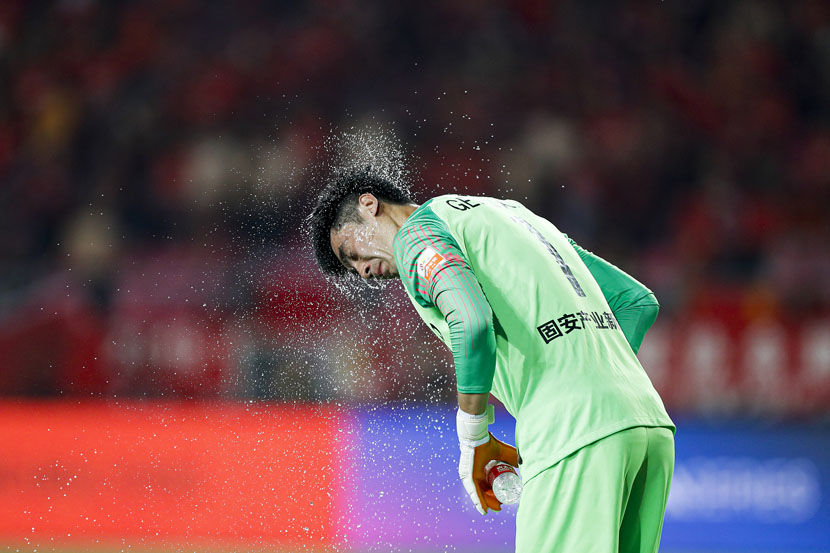 A player cools off during a Chinese Super League match between Hebei China Fortune F.C. and Jiangsu Suning F.C. in Langfang, Hebei province, May 25, 2019. Fred Lee/ VCG