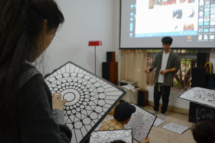 Volunteers attend a workshop organized by Wu Chao to prepare for a drawing activity with DOC patients in Guangzhou, Guangdong province, April 13, 2019. Fan Liya/Sixth Tone