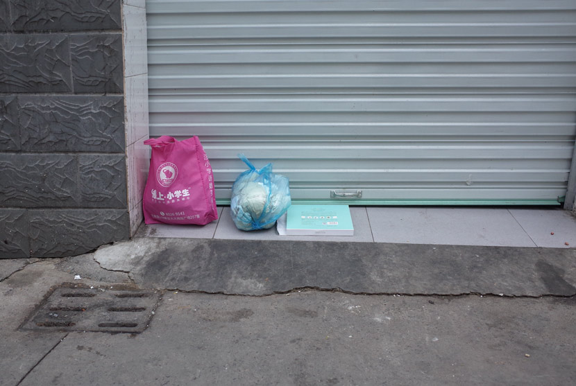 Bags of trash left outside a closed garbage room in Shanghai, June 14, 2019. Ding Yining/Sixth Tone