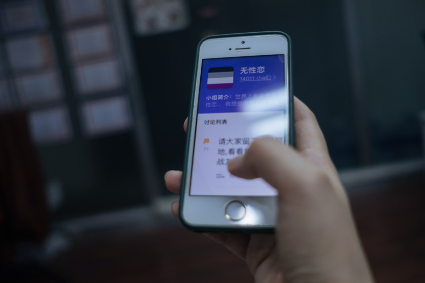A woman looks at a group for asexual people on the app Douban in Shanghai, July 2019. Wu Huiyuan/Sixth Tone