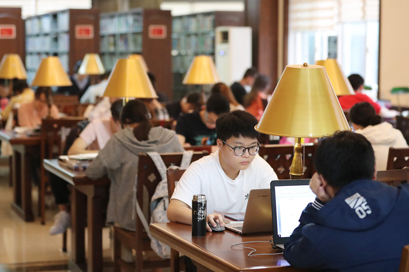 Students in a university library in Chongqing, May 15, 2019. Sui Kaifang/VCG