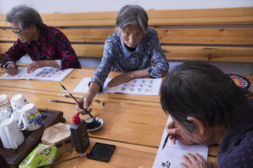 Elderly women participate in a calligraphy class in Zhaizi Village, Yongji, Shanxi province, May 30, 2019. Wu Huiyuan/Sixth Tone