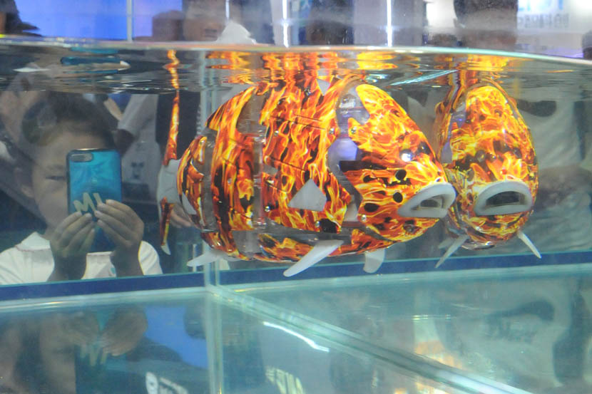 "A biomimetic fish ""swims"" in a tank at the World Robot Conference 2019 at Beijing Etrong International Exhibition and Convention Center, Aug. 21, 2019. VCG"