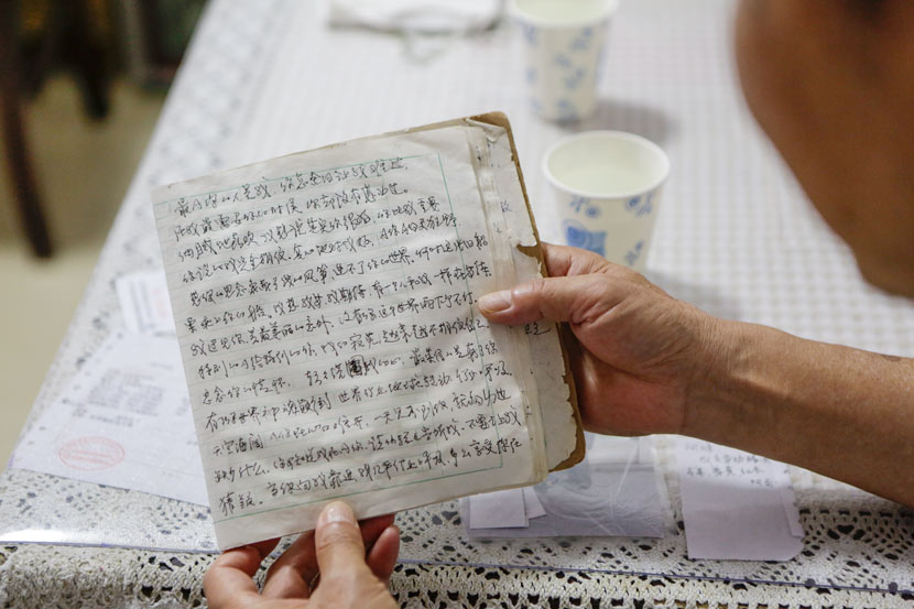 Wang Cheren, 70, holds a love letter he wrote to his partner, Suzhou, Jiangsu province, May 31, 2017. Zhong Changqian/Sixth Tone