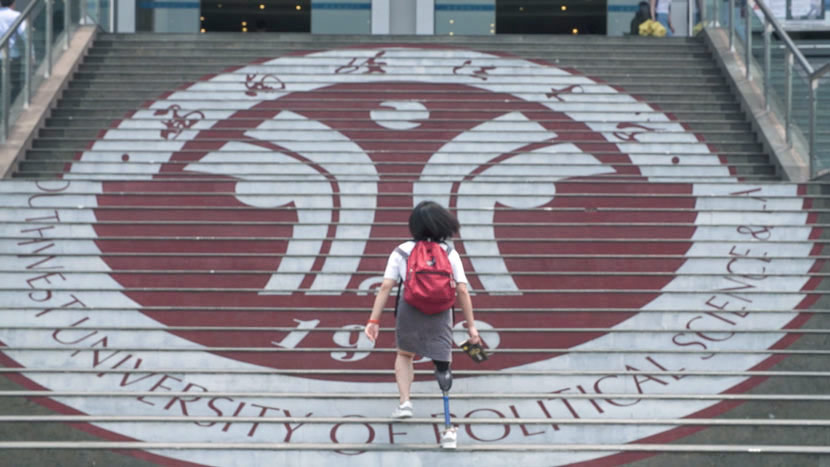 Xie Renci climbs the steps at Southwest University of Political Science and Law in Chongqing, May 19, 2017. Lü Xiao/Sixth Tone