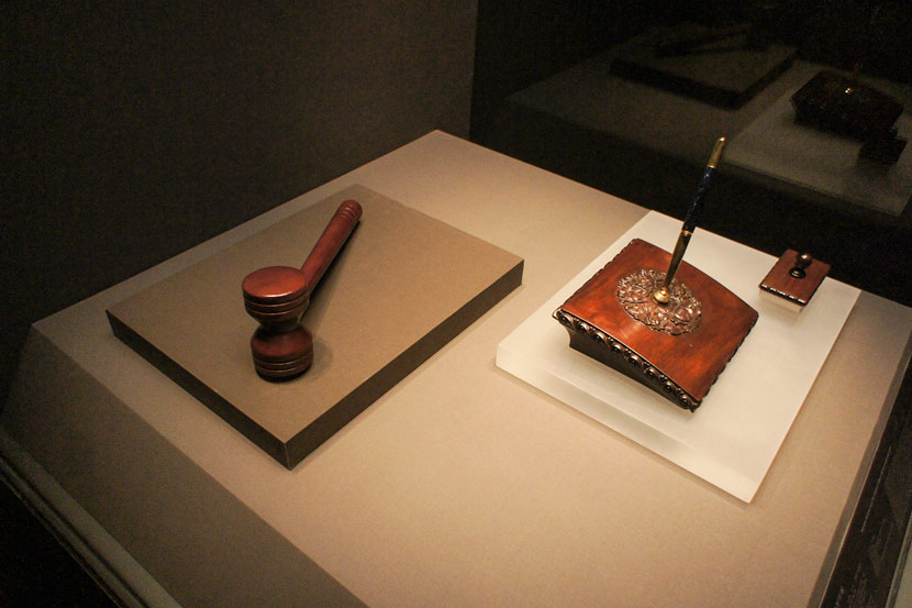Wooden gavel and pen used in the accession of China to the WTO in 2001 at the 'A History of the World in 100 Objects' exhibition at the National Museum of China, Beijing, March 1, 2017. Zhang Jusheng/VCG