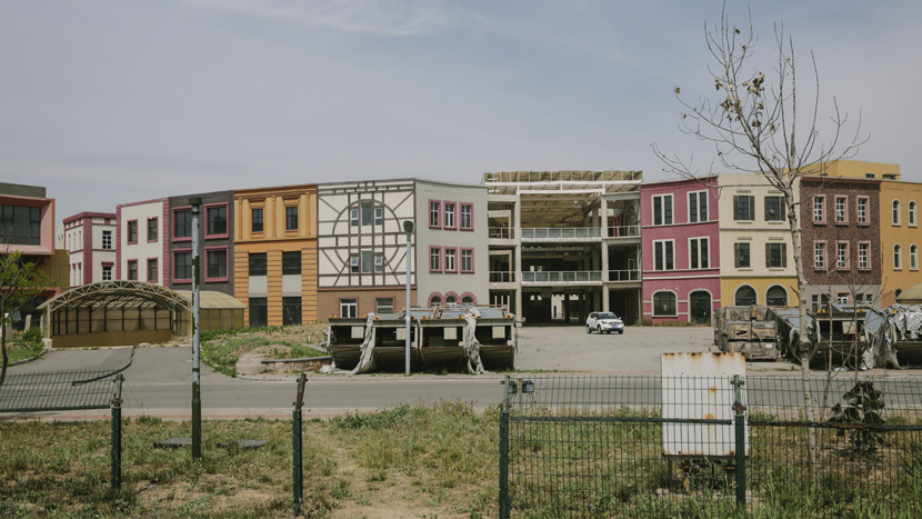 Buildings designed to house facilities such as restaurants, schools, and other services sit empty in Tianjin's 'The World' residential community, Tianjin, June 3, 2017. Chen Ronghui/Sixth Tone