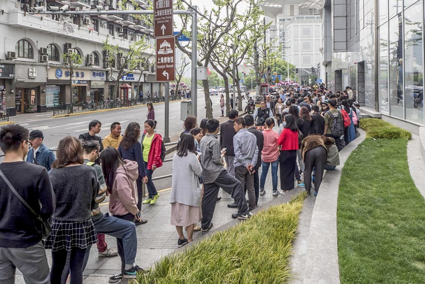 Young people wait in nearly 100-meter-long lines to buy milk tea at a Heytea branch in Shanghai, April 21, 2017. Wang Gang/IC