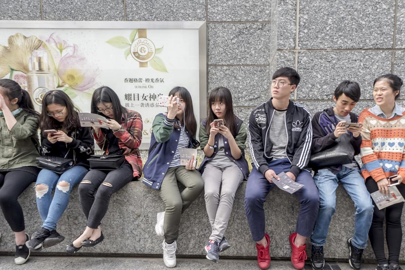 Young people wait in line to buy milk tea at a Heytea branch in Shanghai, April 21, 2017. Wang Gang/IC