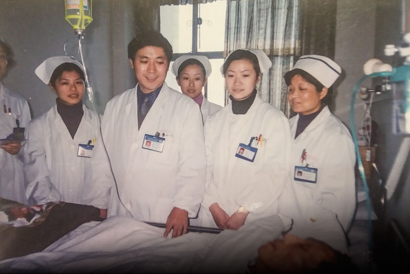 Head nurse Xu Guobin (second from left) makes his rounds of patient wards alongside other nurses at a hospital in Nanjing, Jiangsu province, Dec. 10, 2002. Courtesy of Xu Guobin