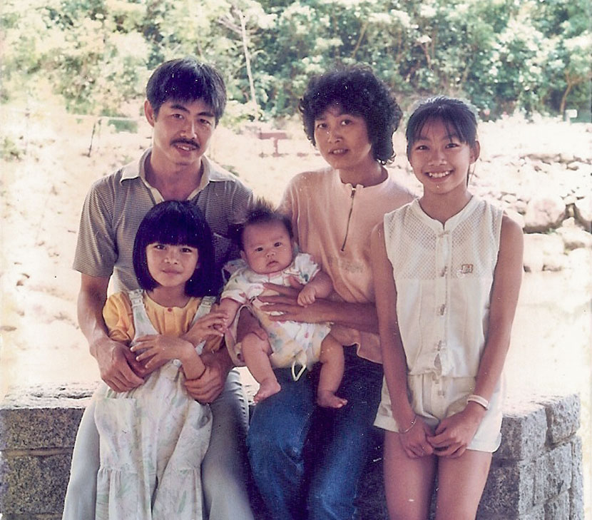 A family photo from 1987 shows Chan Hak-chi posing with his wife and children at Ocean Park in Hong Kong. Courtesy of Chan Hak-chi