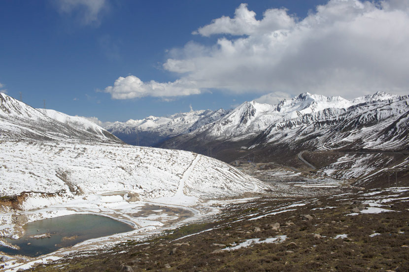 A view of snow-covered mountains near Kangding, Sichuan province, May 8, 2017. Zhou Pinglang/Sixth Tone