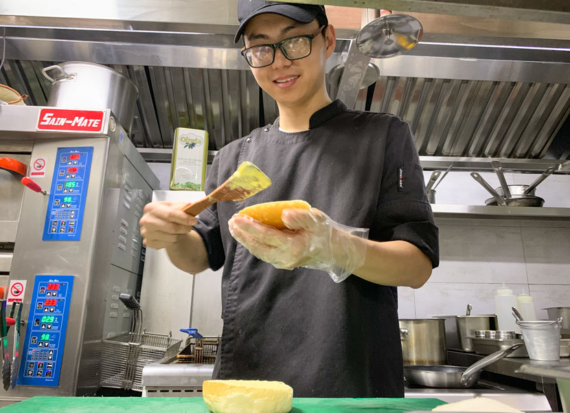 Planet Green's head chef Xie Haihui makes a burger using American plant-based meat company Impossible Foods' ground beef, which the restaurant brought over from Hong Kong, in Shenzhen, Guangdong province, July 6, 2019. Xue Yujie/Sixth Tone