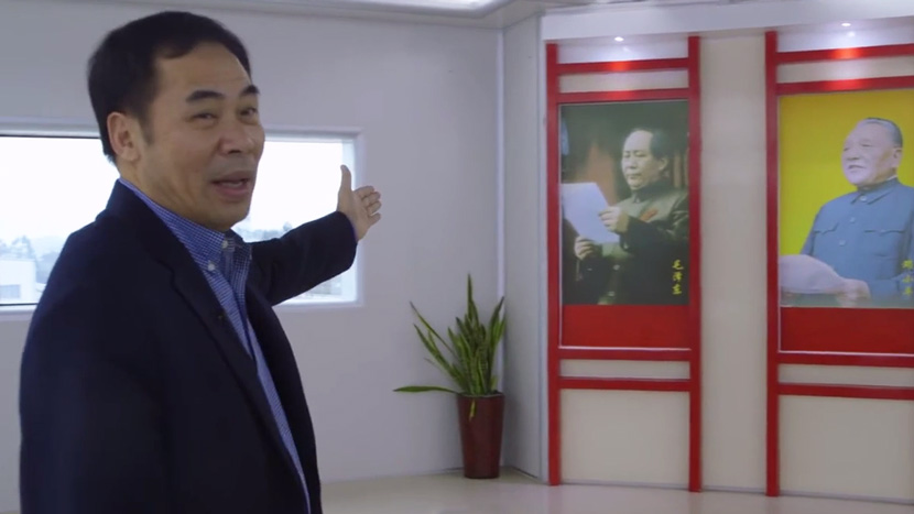 A screenshot showing He Shimeng, chairman of the Fuyao Workers Union, giving a tour of Fuyao's Fuqing factory. From Douban
