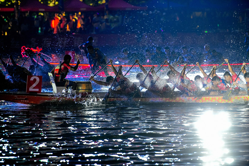 Competitors take part in a dragon boat race on the Hai River to celebrate the Mid-Autumn Festival in Tianjian, Sept. 13, 2019. Tong Yu/VCG
