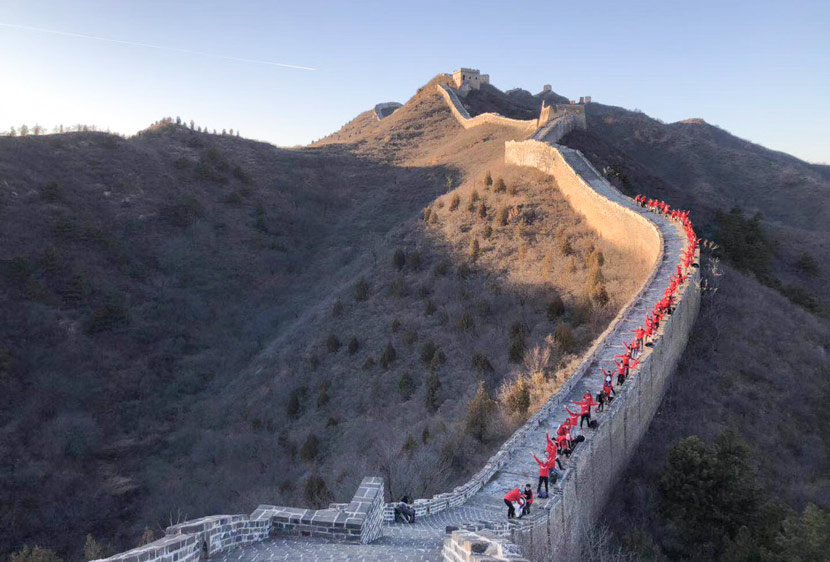 An undated photo shows 54traveler's employees on an outing at the Great Wall in Beijing. Courtesy of Fu Wenxian