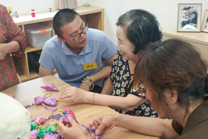 Fei Chao, director general of Jinmei Care, speaks with patients at an event organized by the nonprofit in Shanghai, May 30, 2019. Courtesy of Fei Chao