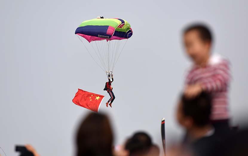 Sky divers put on a show during the 2019 Yaocheng (Taiyuan) International General Aviation Show at Yaocheng Airport in Taiyuan, Shanxi province, Oct. 11, 2019. Li Zhaoming/VCG