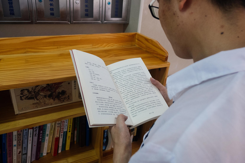 An inmate reads inside a small library at Nanhui Prison in Shanghai, Sept. 5, 2019. Wu Huiyuan/Sixth Tone